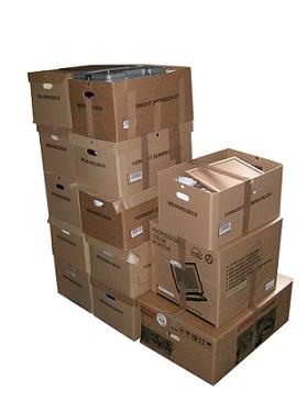 stapel dozen in magazijn